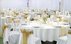 Une table pour un mariage blanc et café pour Question, Info
