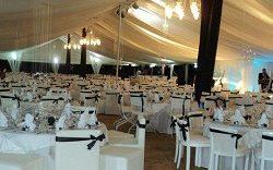 Une table pour un mariage en noir et blanc pour Question, Info