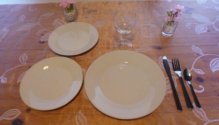 Formule ado: 1 assiette de 23cm en porcelaine blanche+2 assiettes à dessert en porcelaine blanche+1 verre à vin+1 fourchette+1 couteau+1 petite cuillère