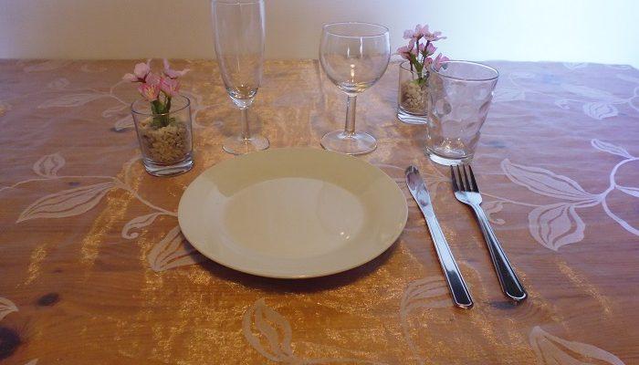 Formule apéro dinatoire: 10 assiettes de 19 cm en porcelaine ronde blanche+20 verres au choix vin, flûte ou jus de fruit+10 fourchettes+10 couteaux