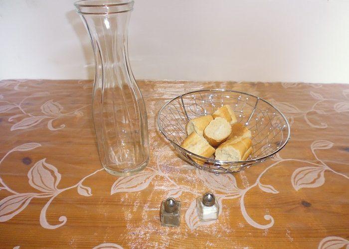 Formule art de la table: 1 corbeille à pain en métal argenté +1 Carafe en verre de 1 litre + 1 Salière et 1 poivrière en verre
