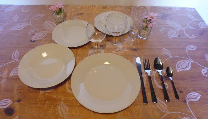 Formule banquet:1 assiettes de 23 cm en porcelaine ronde blanche+1 assiette creuse en porcelaine ronde blanche+1 assiette à dessert en porcelaine ronde blanche+1 verre à eau+1 verre à vin+1 flûte à champagne+1 fourchette+1 couteau+1 grosse cuillère+1 petite cuillère+ au choix+1 assiettes de 23 cm ou 1 assiette à dessert :