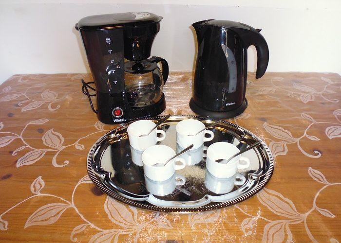 Formule café: 1 Plateau en métal argenté avec dessins Ovale+ 20 Tasses+ 20 petites cuillères+ 1 Bouilloire pour le thé contenance de 1.70 litre+ 1 Cafetière bol pour 12 tasses