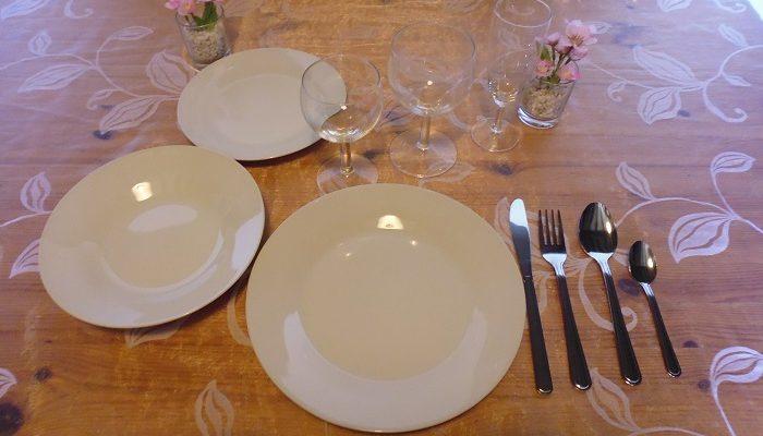 Formule complète: 1 assiette de 23 cm en porcelaine ronde blanche+1 assiette creuse en porcelaine ronde blanche+1 assiette à dessert en porcelaine ronde blanche+1 verre à eau+1 verre à vin+1 flûte à champagne+1 fourchette+1 couteau+1 grosse cuillère+1 petite cuillère
