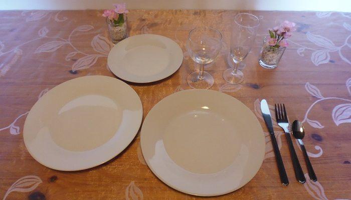 Formule confort: 2 assiettes de 23 cm en porcelaine ronde blanche+1 assiette à dessert en porcelaine ronde blanche+1 verre à vin+1 flûte à champagne+1 fourchette+1 couteau+1 petite cuillère