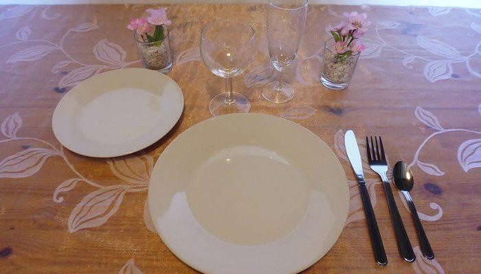 Formule de Base en porcelaine blanche: 1 assiette plate et ronde de 23cm + 1 assiette à dessert + 1 verre à vin+ 1 flûte à champagne+ 1 fourchette + 1 couteau + 1 petite cuillère