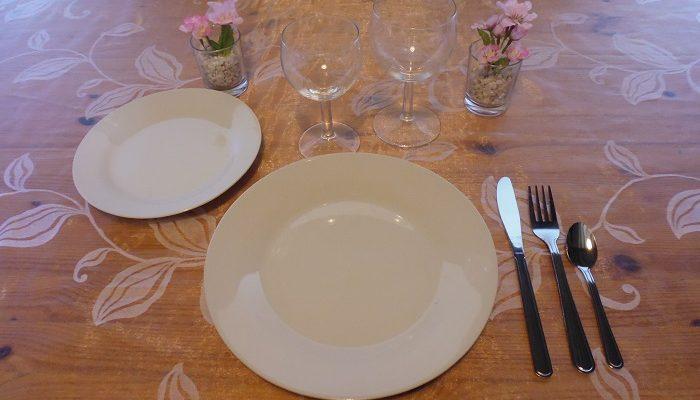 Formule de base plus: 1 assiette de 23cm en porcelaine blanche+1 assiette à dessert en porcelaine blanche+1 verre à vin+1 verre à eau+1 fourchette+1 couteau+1 petite cuillère