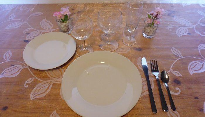 Formule de base trio: 1 assiette de 23cm en porcelaine blanche+1 assiette à dessert en porcelaine blanche+1 verre à vin+1 verre à eau+1 flûte à champagne+1 fourchette+1 couteau+1 petite cuillère
