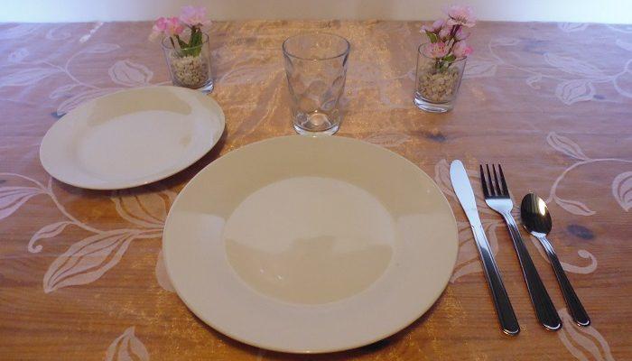 formule enfant : 1 assiette de 23cm en porcelaine blanche+1 assiette à dessert en porcelaine blanche+1 verre enfant+1 fourchette+1 couteau+1 petite cuillère