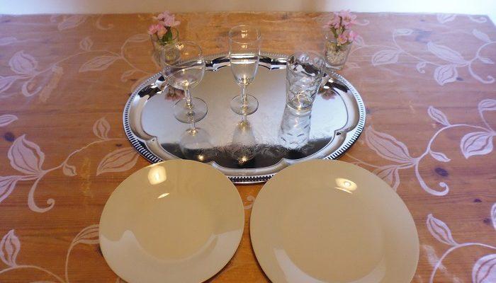 Formule vin d'honneur: 1 Plateau en métal argenté avec dessins Ovale+21 verres au choix vin, flûte ou jus de fruit+3 assiettes de 20 cm creuse en porcelaine ronde blanche+2 assiettes de 23 cm en porcelaine ronde blanche